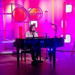 Performing on Heno.